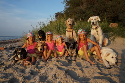 Sommer 2015 - unsere Töchter Loudana, Udinia, Nabiana und Talida mit unseren Hunden am Ostseestrand…